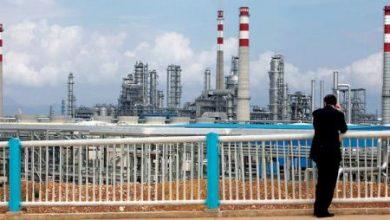 النفط يتراجع مع زيادة المعروض وضغوط الدولار