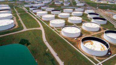النفط يواصل التحليق مع تضرر الإنتاج الأميركي