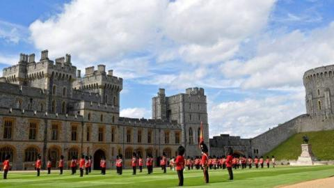 سجن 13 من حراس الملكة إليزابيث لخرقهم قواعد إغلاق «كورونا»